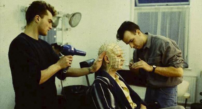 Doug Bradley aplicando a maquiagem de Hellraiser