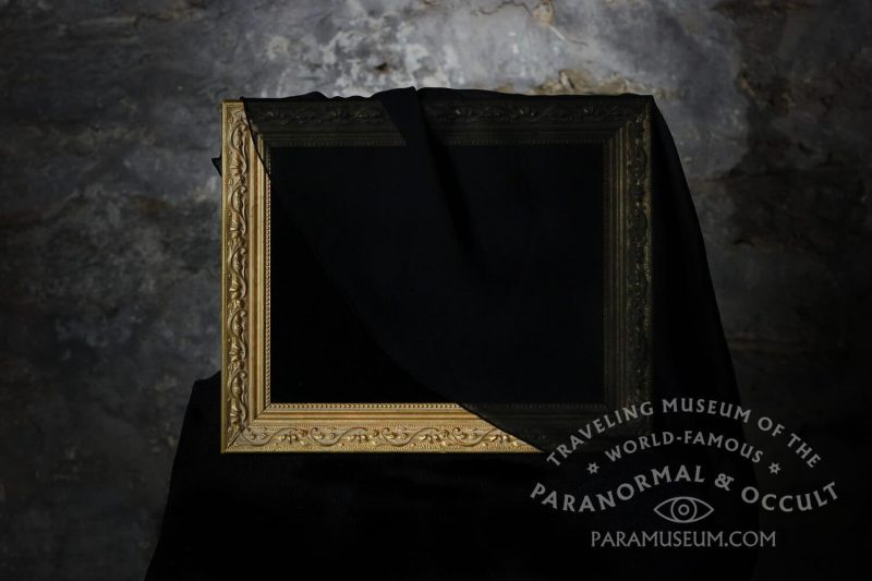 Espelho Obscuro no Traveling Museum of the Paranormal and the Occult