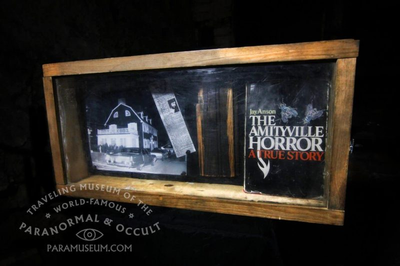 Madeira do Horror de Amityville no Traveling Museum of the Paranormal and the Occult