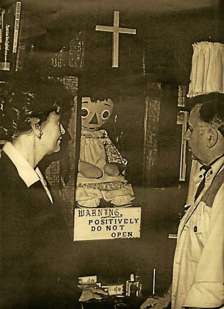Ed e Lorraine Warren com a boneca Annabelle no museu